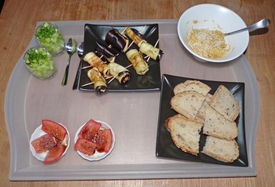 Concombre à la menthe, roulés d'aubergine, tomates marinées et houmous à l'échalote