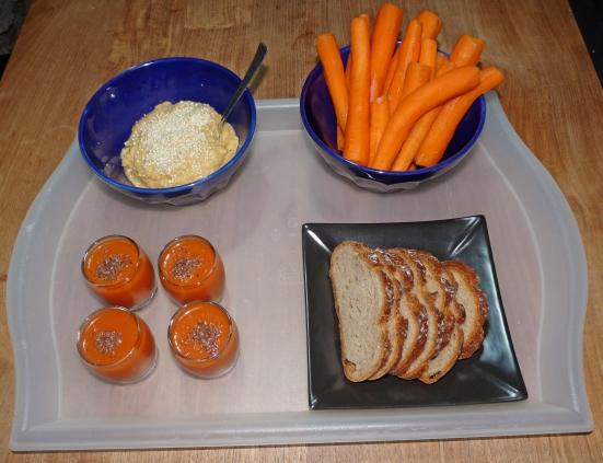Houmous au citron, carotte, pain bis et gaspacho.