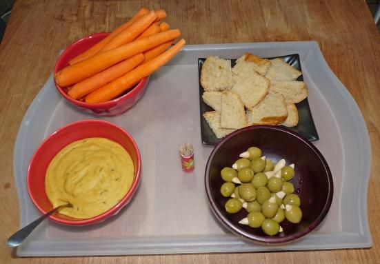 Pâte de lentilles rouges, carottes crues, végé-brioche et olives farcies aux amandes