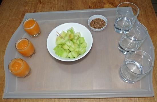 Shots de melon et concombre marinés à tremper dans des graines de lin