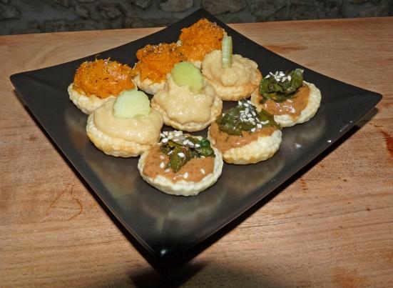Canapés feuilletés de patate douce, houmous-concombre et purée d'amandes-feuilles de blettes