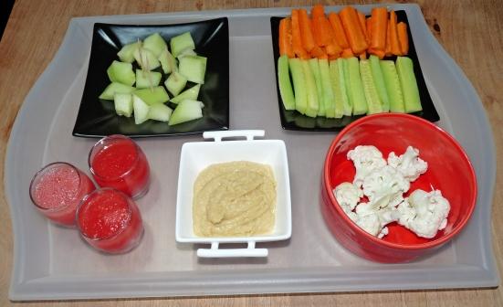 Shot de pastèque, assiette de melon, houmous et légumes à tremper