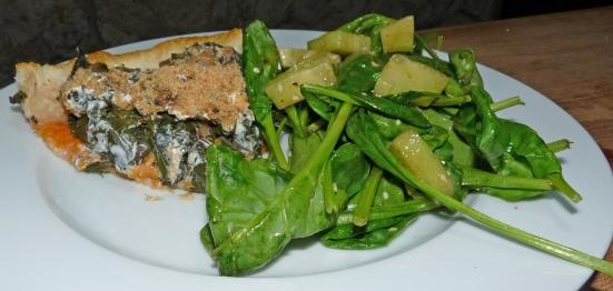 Tarte aux blettes et à la patate douce et salade d'épinards au concombre et sésame