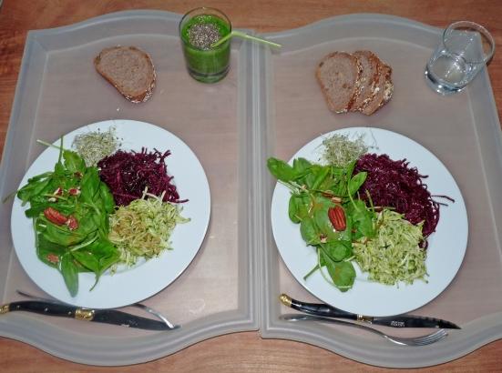 Plateau TV cru : Trio de salades et smoothie de courgettes et d'épinards crus