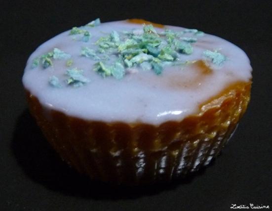 Cupcake décoré à la noix-de-coco colorée