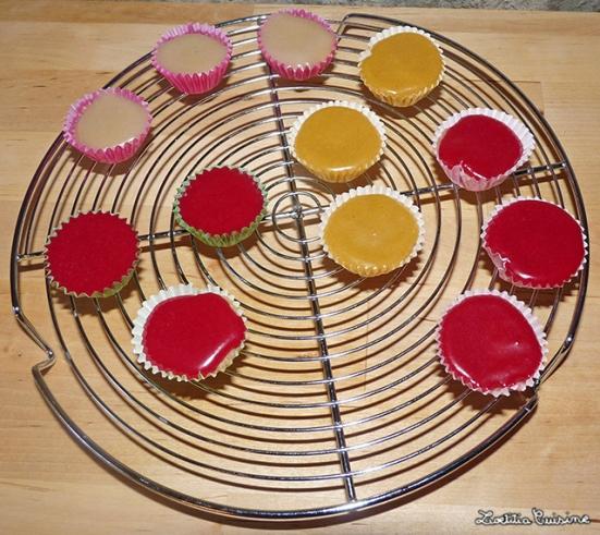 Mini-muffins et glacages au sucre colorés