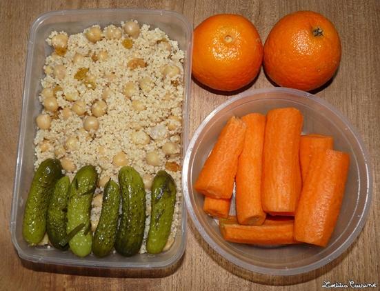 Salade de pois-chiches en taboulé avec raisins blonds et arrosé d'huile de sésame. Cornichons et carottes. Clémentines.