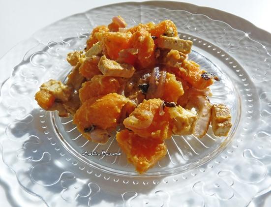 Poêlée de patates douces, oignons rouges et tofu fumé