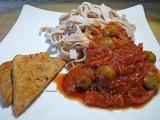 Tofu à la tomate, tagliatelles au sarrasin, sauce tomate aux olives farcies auxpoivrons