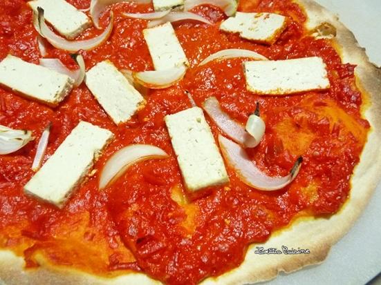 Pizza ajvar tofu et oignons