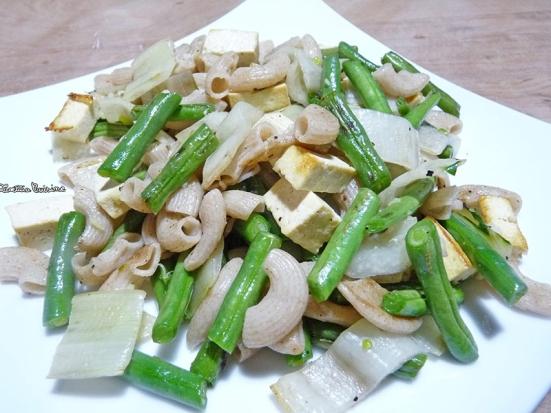 Poelée de haricots verts, blettes, pâtes et tofu
