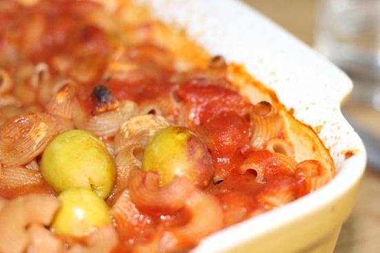 Cornettes à l'épeautre (cuisson 5 à 10 minutes), lentilles corail, sauce tomate et olives farcies aux amandes