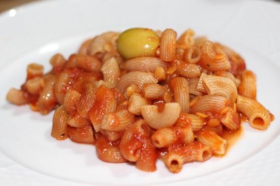 Cornettes à l'épeautre, lentilles corail, sauce tomate et olives farcies aux amandes
