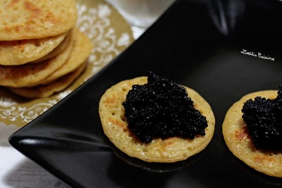 Blinis aux cacahuètes légèrement citronnés au caviar végétal