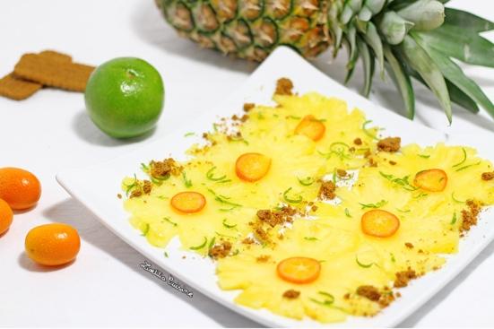 Carpaccio d'ananas aux kumquats, zeste de citron vert et spéculoos