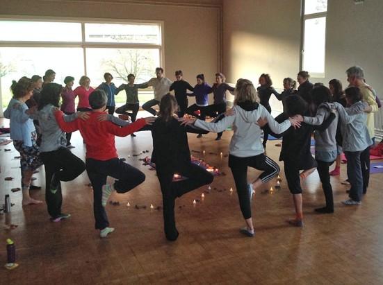 Après-midi yoga à la lumières des chandelles