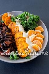 Veggie bowl {Kale, haricots noirs, patates douces, clémentines, saucetahini}