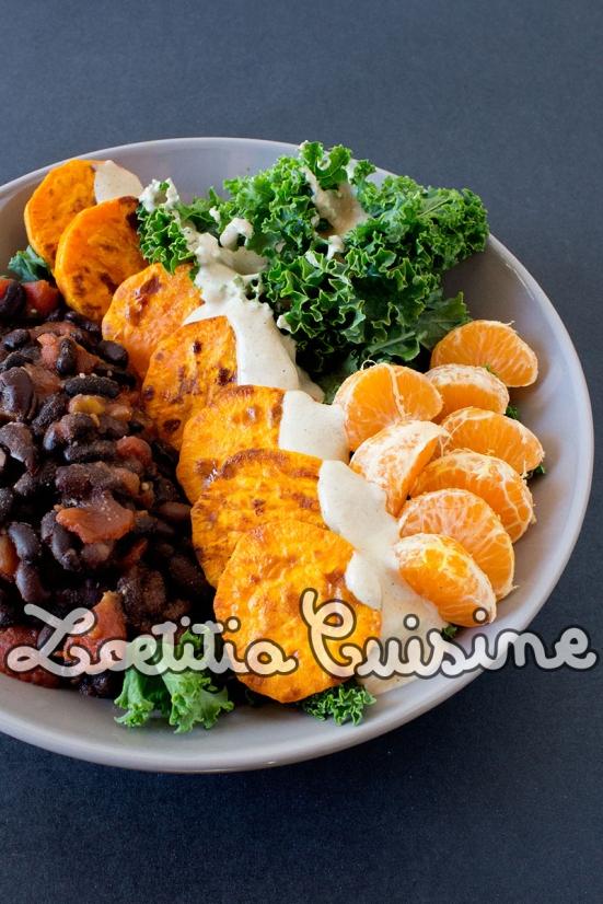 Veggie bowl {Kale, haricots noirs, patates douces, clémentines, sauce tahini}